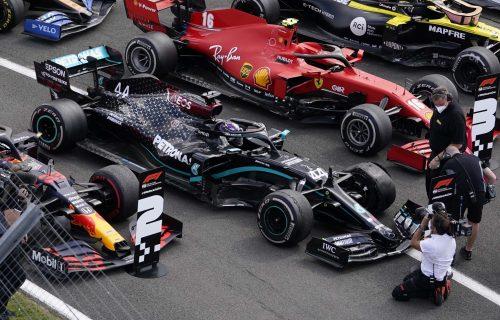 Osvojio trku u domovini: Hamilton posle DRAME u poslednjem krugu stigao do pobede (FOTO)