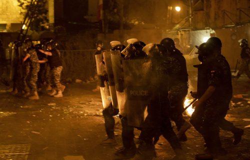 Bejrut kao RATNA ZONA: U sukobima s demonstrantima poginuo policajac, više od 100 povređenih