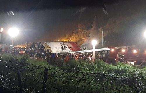 U trenutku tragedije padala JAKA KIŠA: Broje se žrtve u padu aviona u Indiji, na letu bila i deca (VIDEO)