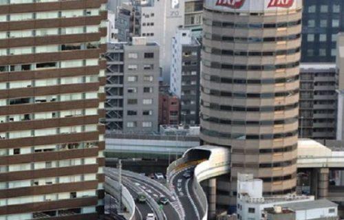 O ovoj zgradi sa 16 spratova priča ceo svet: Stanari su ponosni, jer kroz nju prolazi AUTO-PUT (VIDEO)