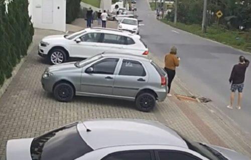 Horor na ulici: Žena šetala, a onda je iza nje PAO avion! Ubrzo je nastao potpuni haos (VIDEO)