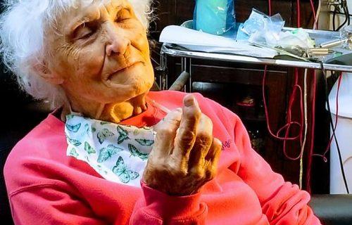 BAKICA koja zna da živi: Uradila TETOVAŽU u 103. godini, pa spunila još jednu veliku želju (FOTO+VIDEO)