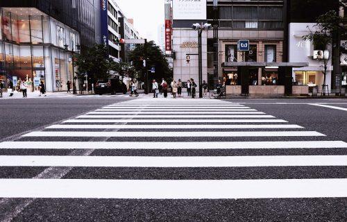 Znate li ko su ZOMBI PEŠACI? Zbog njih je izmišljena nova vrsta semafora (FOTO)