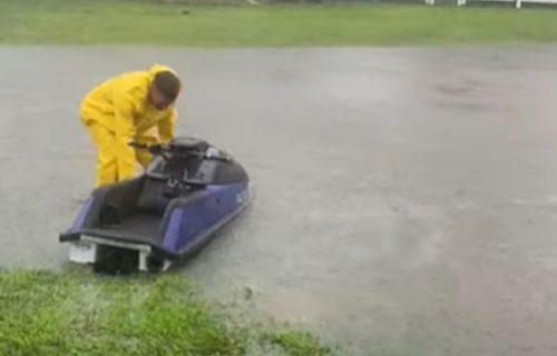 Uragan prošao i ostavio pustoš: Samo jedan čovek video je pravi trenutak za provod DŽET SKIJEM (VIDEO)