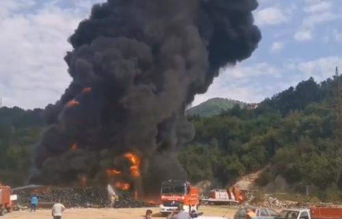 Gust dim KULJA nad celim gradom! Izbio požar na deponiji, vatrogarci se bore sa VATROM! (VIDEO)