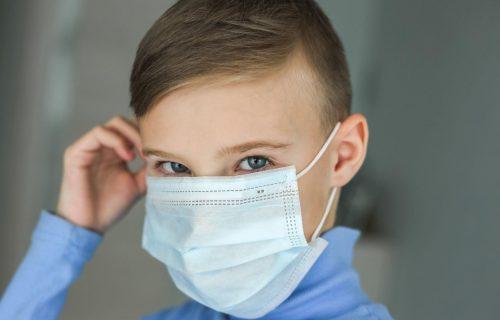 Dečak odbio da skine masku u školi za vreme slikanja: Njegovo objašnjenje sve je nasmejalo (FOTO)
