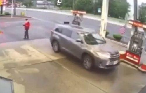Nešto je samo puklo, a onda je usledio požar: Užasan sudar dva vozila na pumpi (VIDEO)