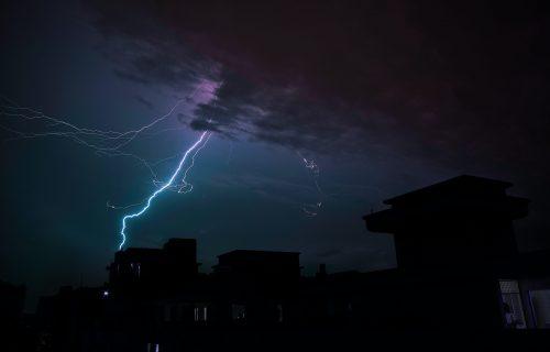 Nevreme stiglo u Srbiju: RHMZ UPOZORAVA na nepogode sa gradom, olujnim vetrom i pljuskovima (FOTO+VIDEO)