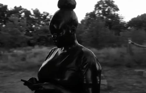 Crnkinja sa mobilnim telefonom u ruci: Skulptura koja pokazuje koliko se svet menja (VIDEO)
