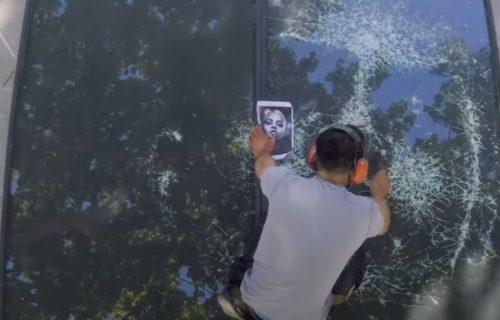On ima talenat i to kakav: Na razbijenom staklu pravi čudesne PORTRETE (VIDEO)