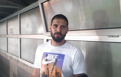 Mitrović sleteo u Srbiju, pa doživeo skandal sa ženskim grudima: Fotke odmah izašle u novinama! (FOTO)
