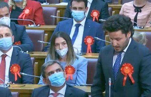 Svi su gledali u CRVENO OBELEŽJE koje nose crnogorski poslanici! Evo šta zapravo predstavlja ovaj detalj