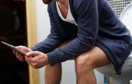 Koristite telefon dok ste na WC šolji? 6 razloga zbog kojih morate odmah da prestanete sa tim