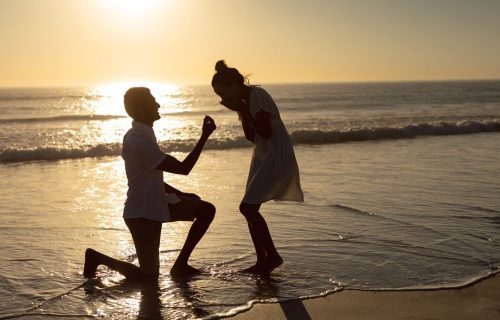 Čisto da se ne razočara prvim: Kupio devojci PET vereničkih prstena da odabere najlepši (VIDEO)