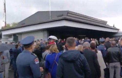 SAHRANA Dejana Krsnika: Porodica i prijatelji se OPRAŠTAJU od nesrećnog pilota (FOTO+VIDEO)