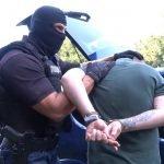 Akcija policije: Uhapšen diler u Kraljevu, kroz prozor taksija IZBACIO DROGU