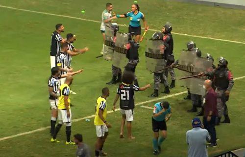 Opšti HAOS u Brazilu! Igrači nasrnuli na sudiju, policija PENDRECIMA zavodila red (VIDEO+FOTO)