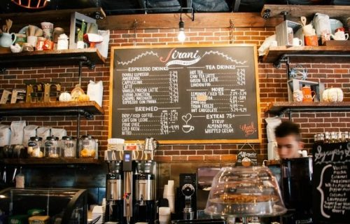 Hoćete gratis piće u ovom kafiću? Nikakav problem - samo na ulazu pokažite GOLE GRUDI