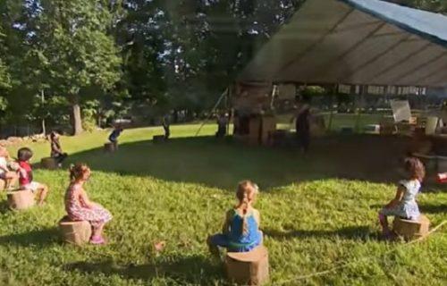 Početak škole iz drugog ugla: Đaci uče u dvorištu, sede na panjevima i ne skidaju maske (VIDEO)
