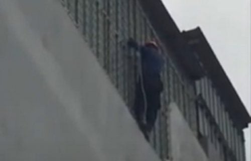 Drama na 4. spratu: Štene se ZAGLAVILO na terasi, stanari čekali da ga uhvate ako padne (VIDEO)
