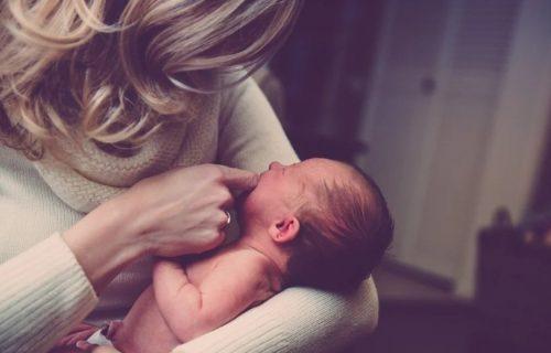 """""""Ja ne znam, vidite li vi?"""": Majka pitala ljude šta misle KO je od ova dva čoveka otac njene bebe (FOTO)"""
