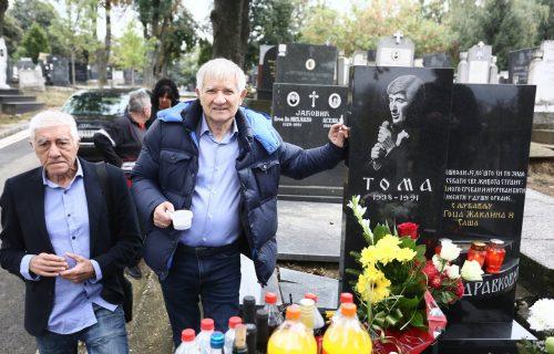 Održan POMEN Tomi Zdravkoviću: Violina svirala popularnu PESMU koju je on napisao za Silvanu (FOTO)