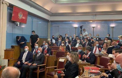 U Crnoj Gori je upravo ispisana ISTORIJA! Poslanici DPS posle tri decenije seli u opozicione klupe (FOTO)
