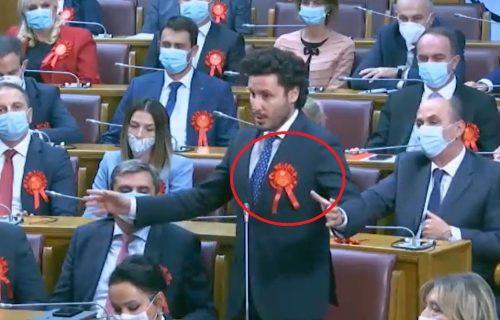 Svi se pitaju šta je to ALBANSKI ČETNIK nosio na grudima u Skupštini? Crna Gora je na nogama zbog ovoga