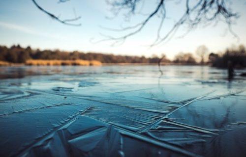 Hodao po zaleđenom jezeru s ČEKIĆEM u ruci: Jednim potezom rastopio je sva srca (VIDEO)