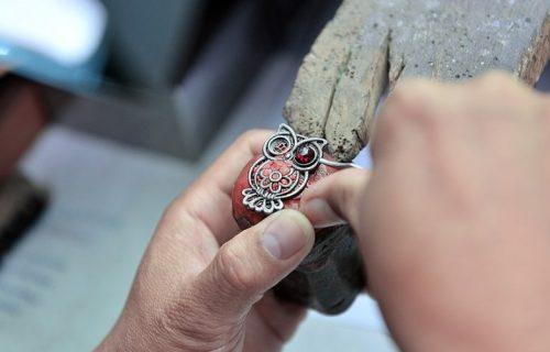 Bizarnije ne može: Pravi nakit od pepela POKOJNIKA i majčinog MLEKA (FOTO)