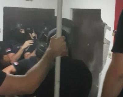 On je UBIO Strahinju Stojanovića: Pogledajte kako policija UPADA u stan osumnjičenog (VIDEO)