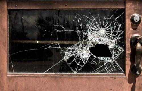 Nezapamćen upad u kuću: Bahato razbila prozor u kupatilu i zabarikadirala se u njemu (FOTO)