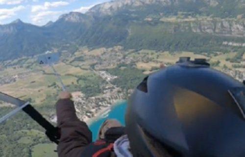 Ćao, nema ga više: Htela da napravi selfi u vazduhu, a onda joj iz ruke ispao nov telefon (VIDEO)