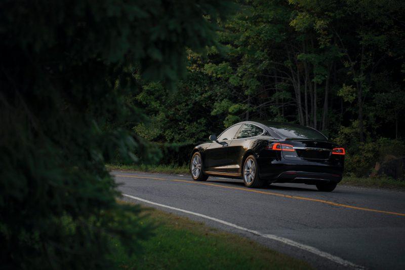 Vozač Tesle uključio autopilot i ZASPAO! Završio s kaznom i krivičnom prijavom (FOTO)
