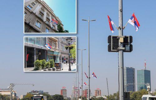 Ovako Srbi slave Dan JEDINSTVA! Šetali smo Beogradom kojim se vijorilo 4.000 zastava, evo šta smo videli