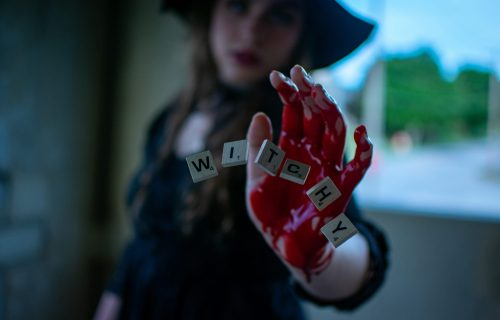 "Užasan zločin: Lezbo ljubavnice ODSEKLE prste muškarcu da mu ""provale"" šifru, a zatim ga RASKOMADALE"