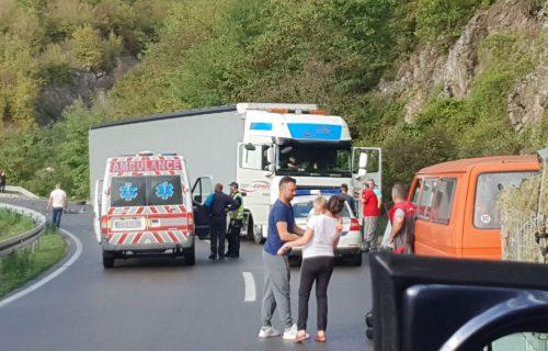 Saobraćajka kod Kraljeva: Blokirao mu točak, pa se sudario sa kamionom, prolaznici gasili vatru (FOTO)
