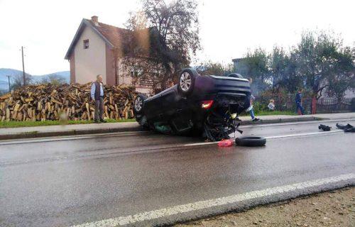 """Jeziva nesreća kod Brodareva: Od SILINE UDARCA """"citroen"""" završio na krovu (FOTO)"""