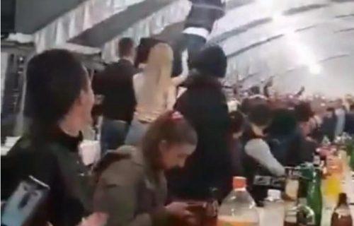 Opšti SKANDAL na srpskoj svadbi! Gosti za stolom u NEVERICI zbog onoga što je muškarac uradio (VIDEO)