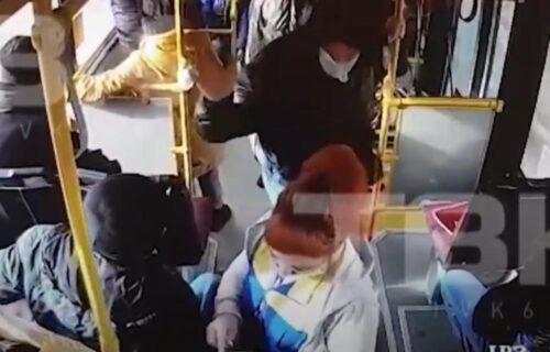 Nokautirao je pa pobegao: Putnik ISPREBIJAO kondukterku jer mu je tražila da stavi masku (VIDEO)