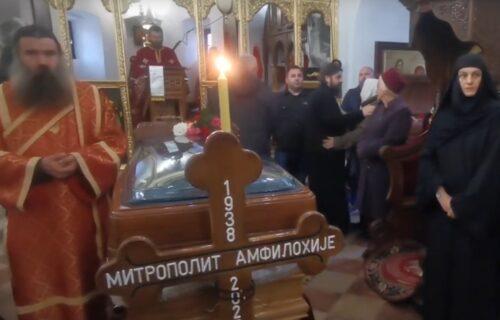 Narod napunio Cetinjski manastir, čekaju u redovima da se poklone odru Amfilohija (VIDEO)