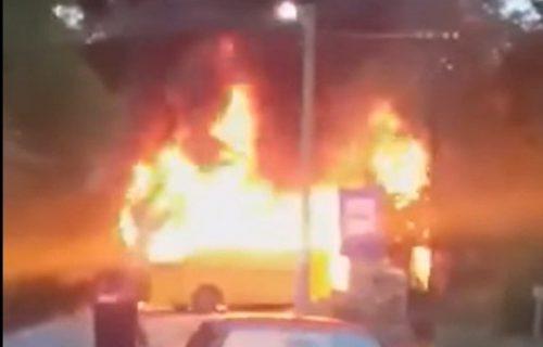Drama kod Zvornika: Plamen progutao đački autobus (VIDEO)
