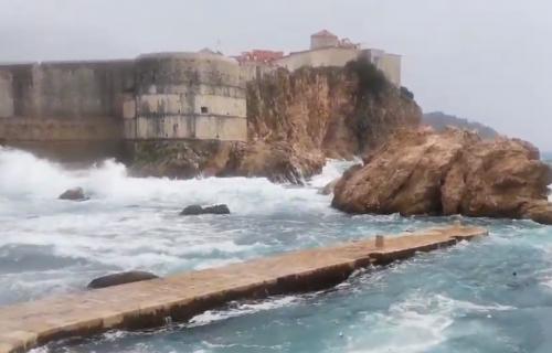 Olujno nevreme na Jadranu: U Dubrovniku talasi i do 5,5 metara (VIDEO)