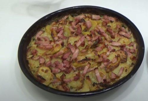 Odličan, čak i kada se ohladi: Zapečeni krompir sa slaninom i lukom (RECEPT+VIDEO)