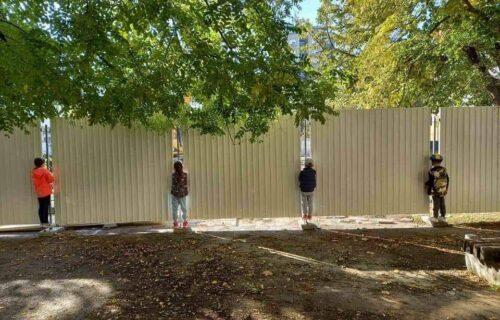 Zašto ova četiri dečaka gledaju kroz ogradu? Rasprava o prizoru iz Novog Sada krenula MRAČNIM PUTEM