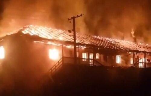 Ogroman požar u Baču: Izgorela zgrada u kojoj je živelo 20 porodica (VIDEO)