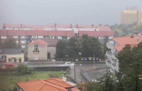 Potop u Hrvatskoj: Spojili se nebo i zemlja, vozila jedva idu kroz reke na ulicama (VIDEO)
