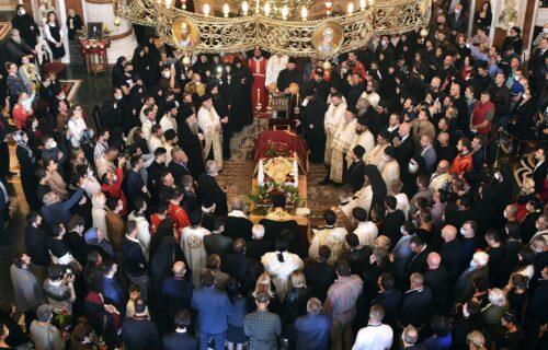 Biblijski ispraćaj: Građani u Crnoj Gori se u mimohodu OPRAŠTAJU od Amfilohija (FOTO)