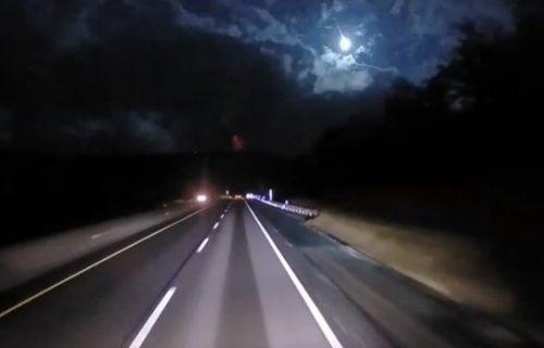 Vozio se noću praznjikavim putem kad mu je pred očima iznenada PAO METEORIT (VIDEO)