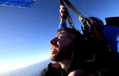 Video je smrt! Prvi put skočio padobranom, a onda mu se UŽE usred leta obmotalo oko VRATA (VIDEO)